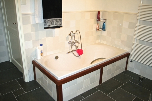 Bathroom tiled with mix 9