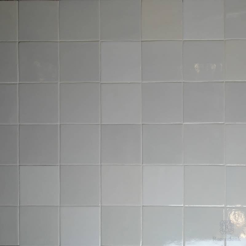 White tiles in deviating white shades
