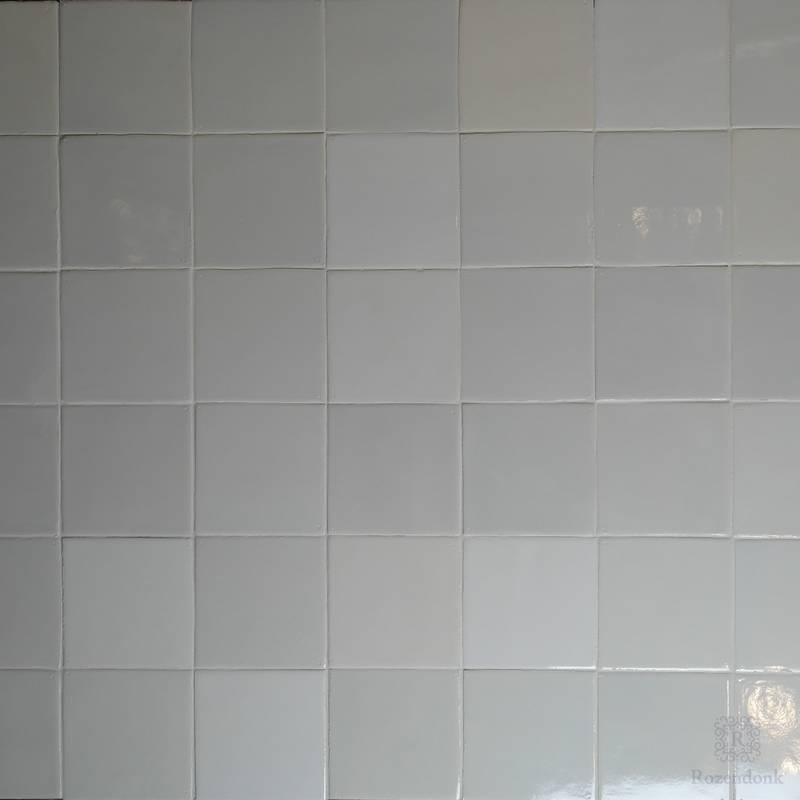 White tiles in deviating white shades