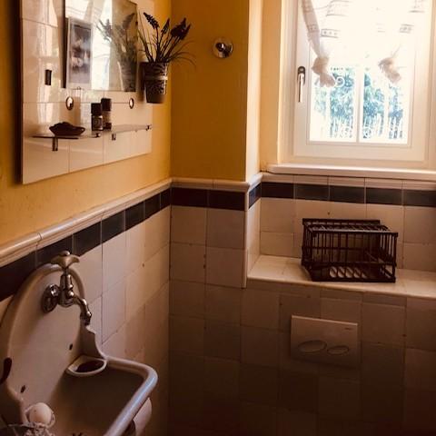 Bathroom with KL-aged tiles
