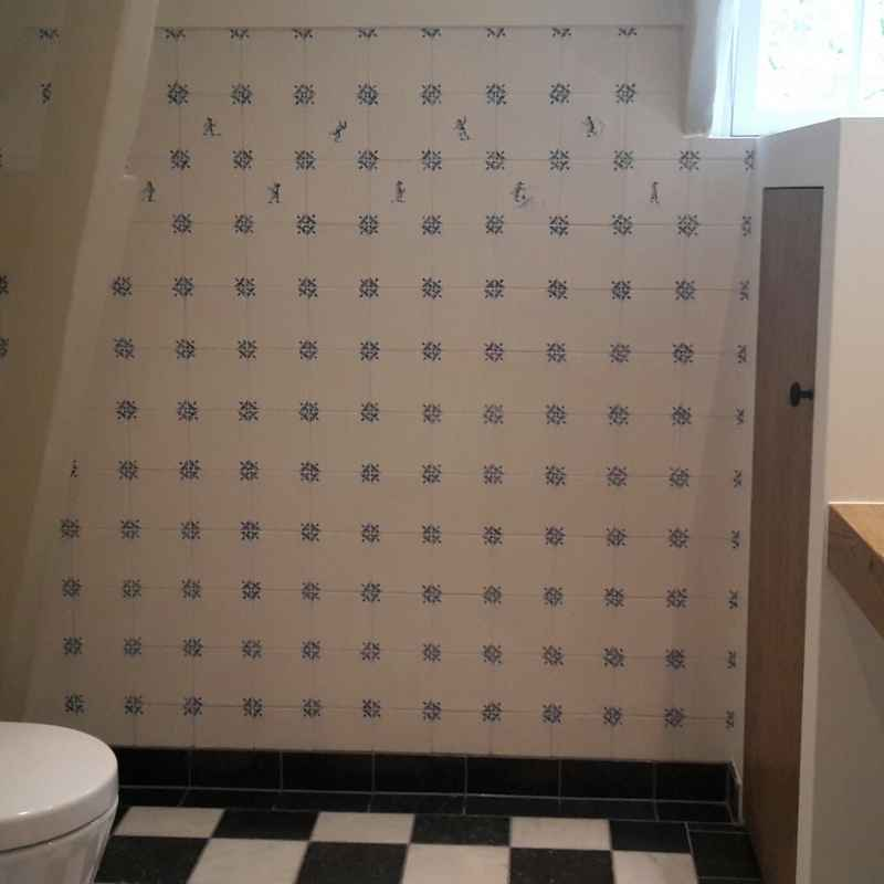 Bathroom with ox-head tiles